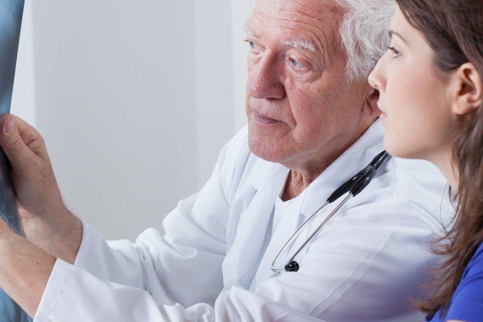 lekarz oglądający zdjęcie rentgenowskie
