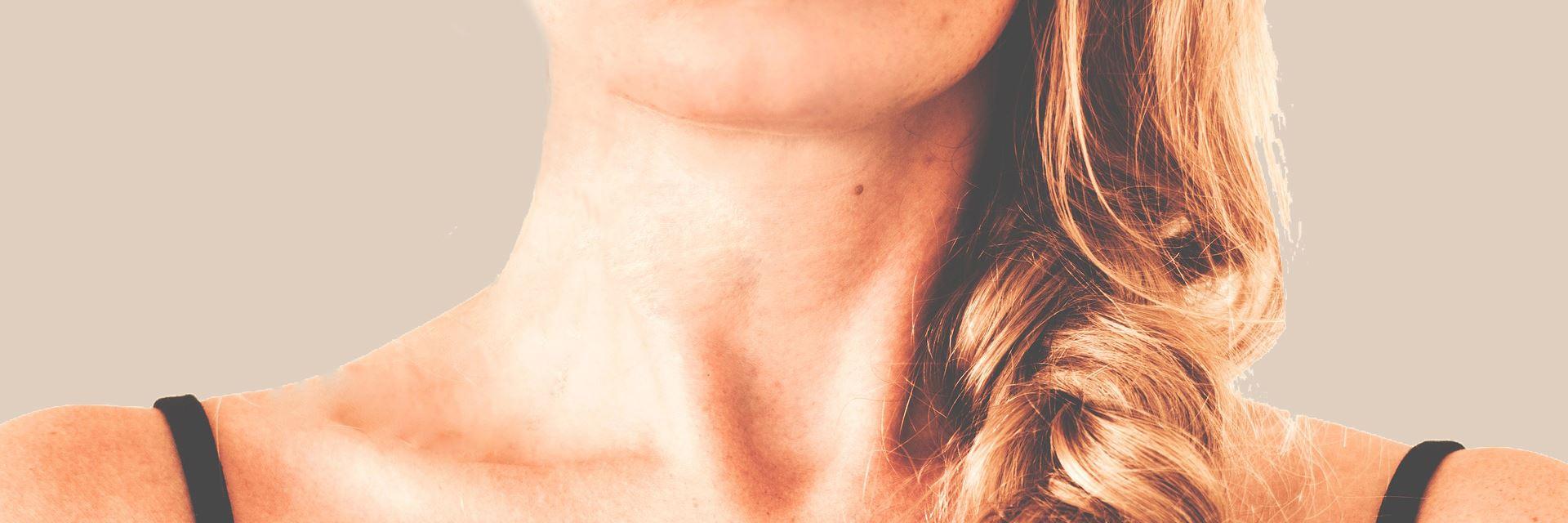 Szyja kobiety z warkoczem - zbliżenie
