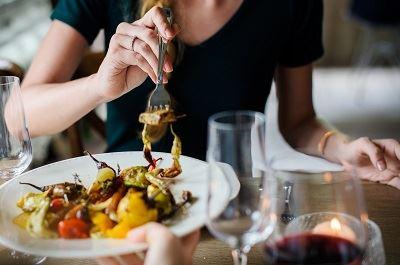 kobieta jedząca posiłek z talerza - zbliżenie