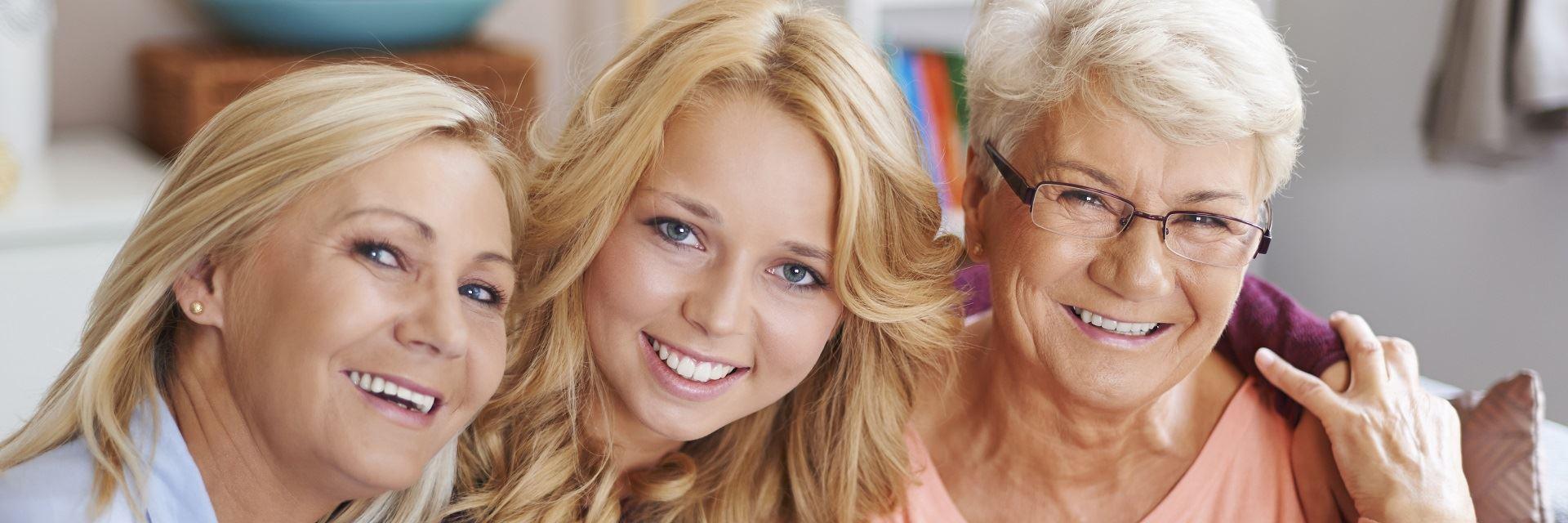 uśmiechnięte kobiety w różnym wieku