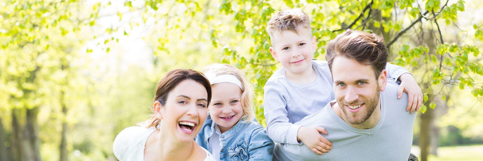 radosna rodzina z dwojgiem dzieci
