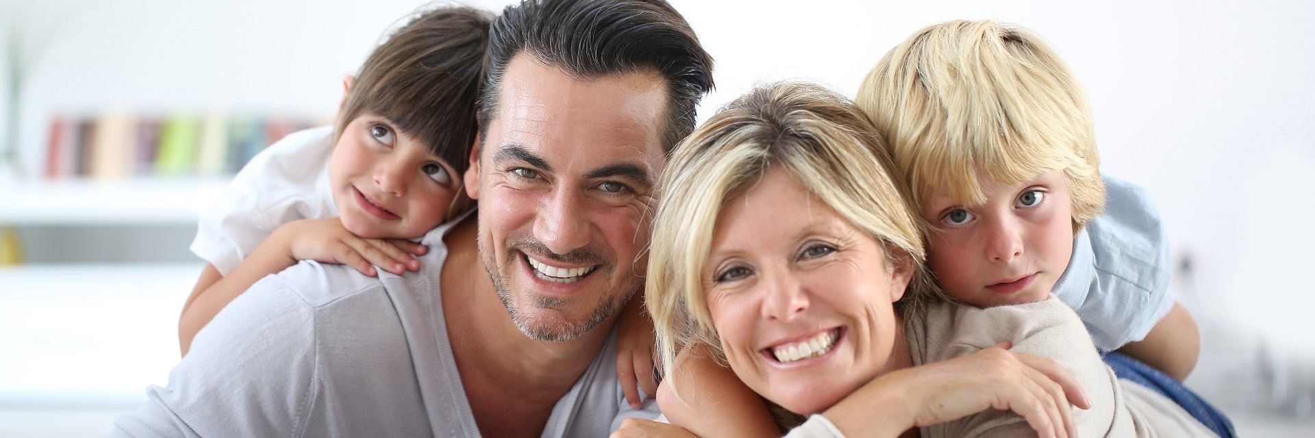 portret szczęśliwej rodziny w domu