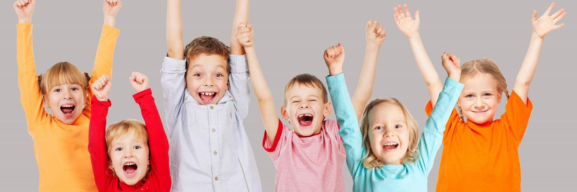 Uśmiechnięte i radosne dzieci