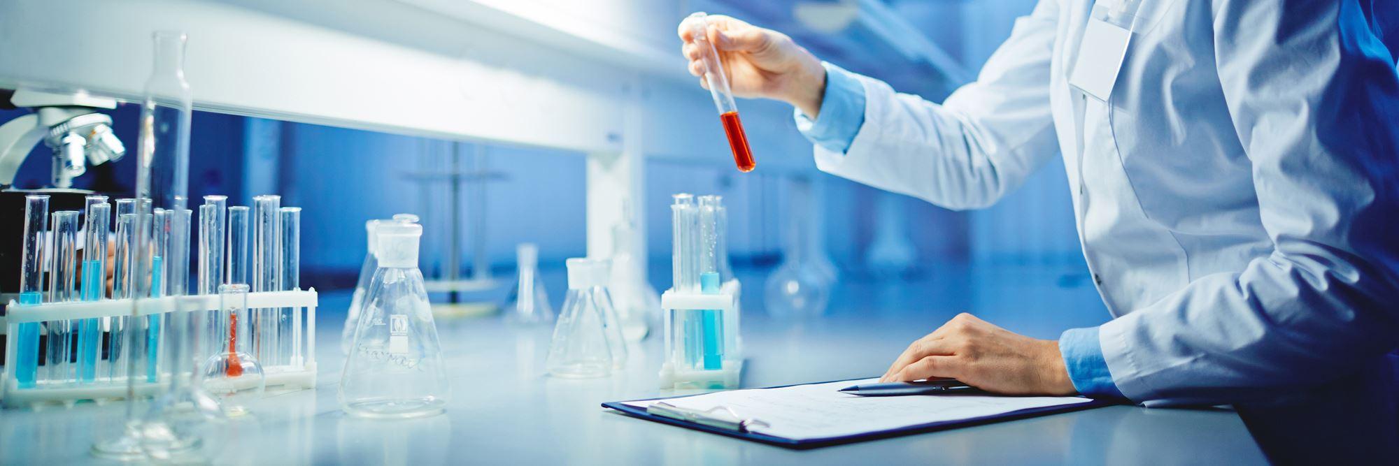 kobieta przygotowująca próbki w laboratorium