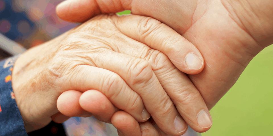 Splecione dłonie starszych osób - choroba Parkinsona