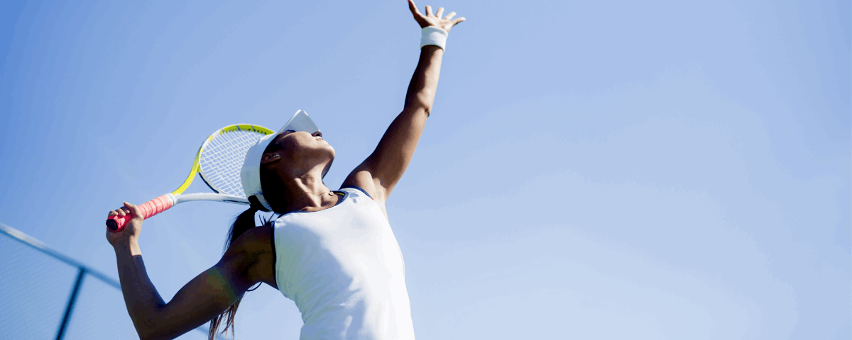 Kobieta odbijająca piłkę w tenisie ziemnym