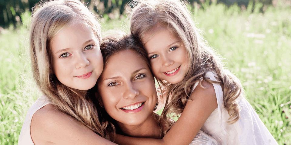 matka z dwójką dziewczynek na łące