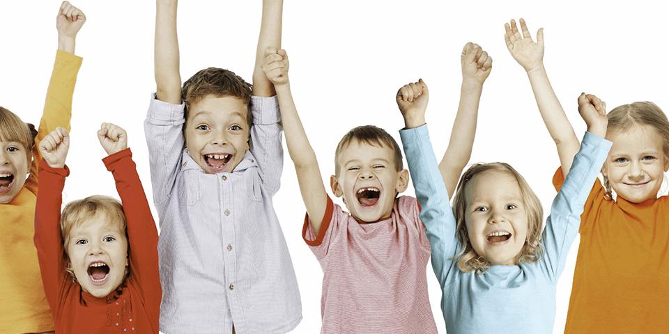 Uśmiechnięte i podskakujące dzieci