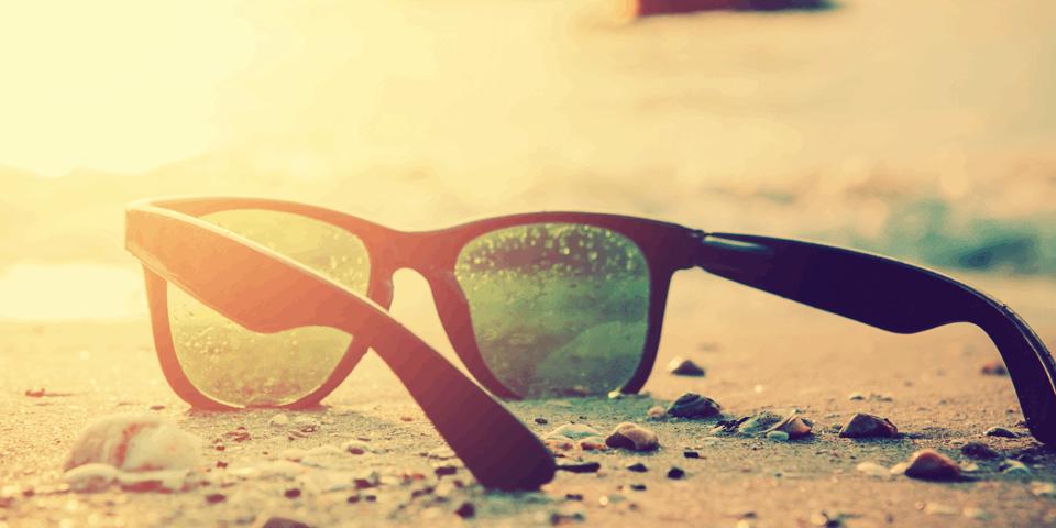 Okulary przeciwsłoneczne na plaży