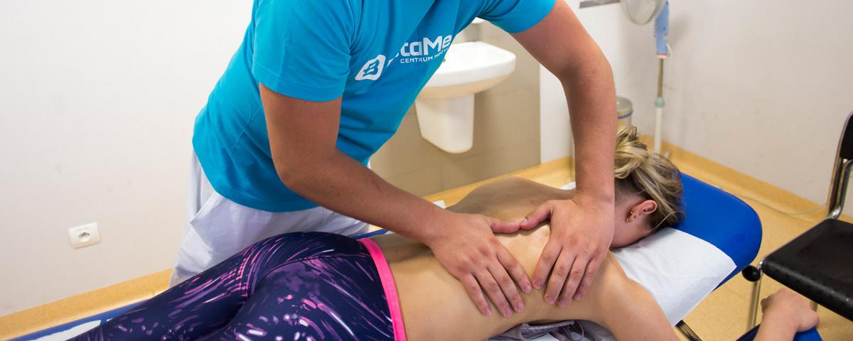Fizjoterapeuta wykonujący masaż leczniczy