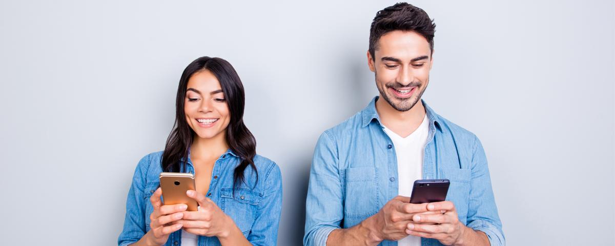 telefon i wpływ na relację- para patrząca w telefony